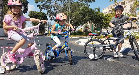 Kids riding their bikes on Yom Kippur in Jerusalem