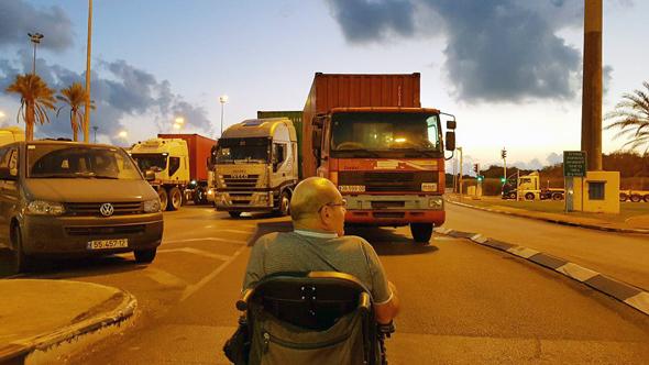 הצטברות משאיות בכניסה לנמל אשדוד, צילום: רועי עידן