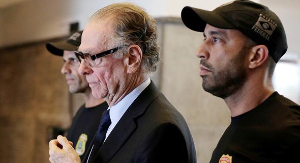 נוזמן מובל למעצר, צילום: רויטרס