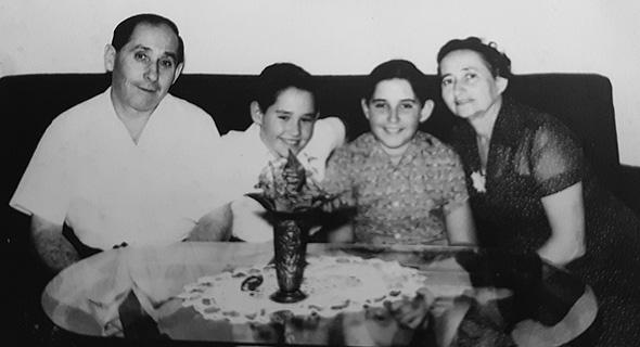 1957. אליקים רובינשטיין בן ה־10 עם הוריו מרדכי ושפרה ואחיו אבי (7), בביתם בגבעתיים