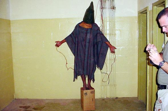 """עינויים בכלא האמריקאי אבו גרייב. """"טביעות האצבע של ה-CIA"""", צילום: איי פי"""