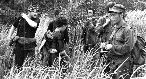 """מקוי (משמאל) בלאוס, 1971. """"ניצבתי בפתחה של ההיסטוריה, כשמלחמה אווירית מסיבית מעל ראשי"""""""