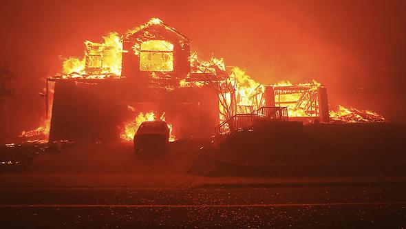 בתים עולים באש בקליפורניה
