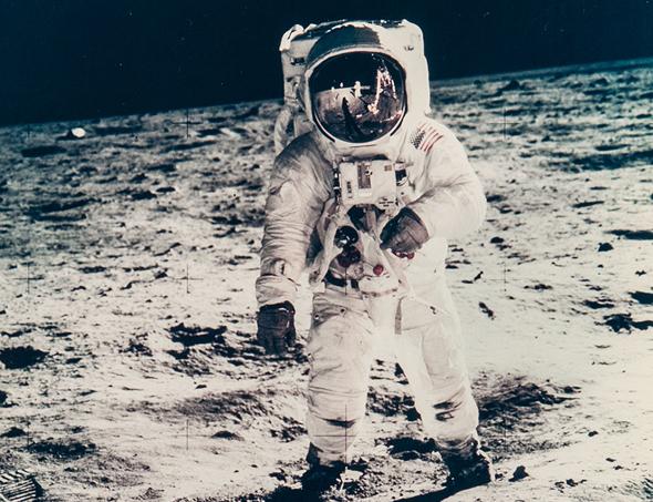 באז אולדרין על הירח (אפולו 11), 1969. מחיר משוער: 1,200-1,800 דולר