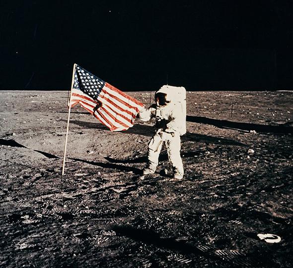 האסטרונאוט פיט קונרד על הירח, אפולו 12, 1972. מחיר משוער: 2,000-3,000 דולר, צילום: NASA