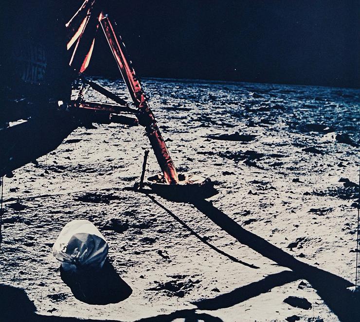 הצילום הראשון על הירח,  אפולו 11, 1969. מחיר משוער: 700-900 דולר, צילום: NASA