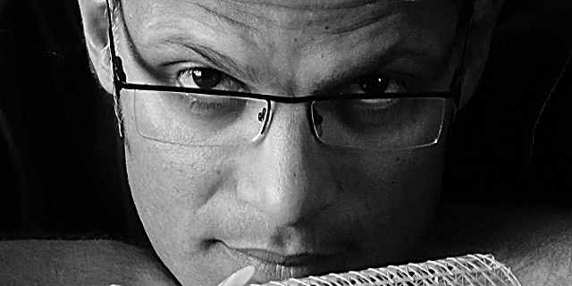 האמן ההודי סוהיל שייח' יוצר גיבורים מנייר