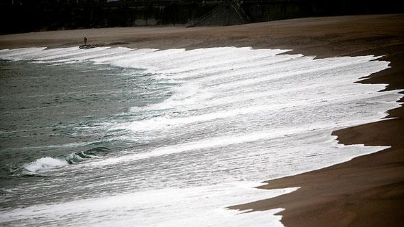 תנאים מסוכנים בים ופוטנציאל להצפות. חוף ים בבריטניה, צילום: אי פי איי