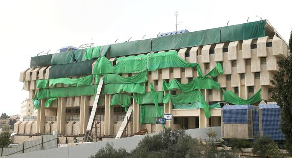 השיפוצים בבניין הבנק ברחוב בנק ישראל בירושלים, אתמול, צילום: אוהד צויגנברג