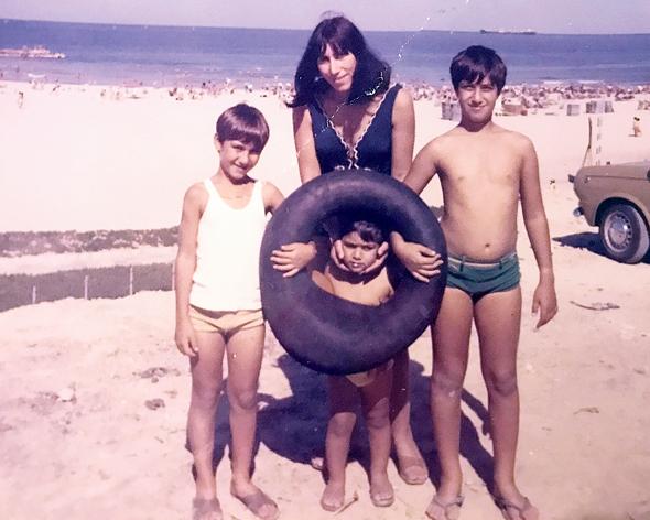 1974. קובי חקק בן ה־5 עם אמו שמחה ואחיו דודי (14) ואבי (10) בחופשה באילת