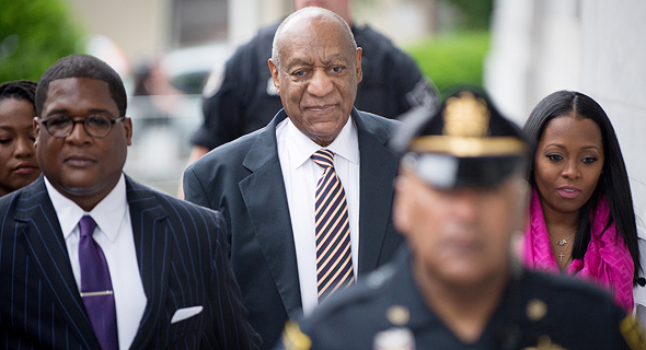 """קוסבי מגיע לבית המשפט, ושער """"ניו יורק מגזין"""" עם קורבנותיו (למעלה). קשר שתיקה של כמה עשורים, צילומים: אי פי איי"""