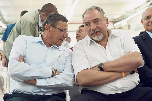 """מימין שר הביטחון אביגדור ליברמן ומנכ""""ל משרדו אודי אדם"""