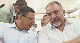 """מימין שר הביטחון אביגדור ליברמן ומנכ""""ל משרדו אודי אדם, צילום: חיים הורנשטיין"""