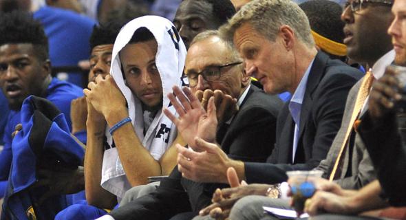 """סטיב קר עם סטפן קר על הספסל בממפיס. """"המאמן הכי טוב שהיה לי"""""""