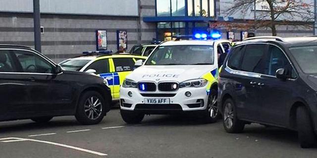 דיווחים בבריטניה: אדם חמוש ברובה לקח בני ערובה