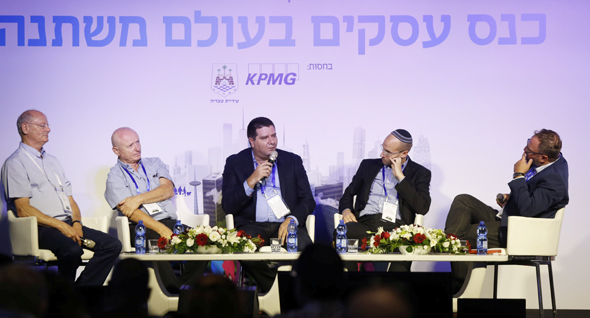 חברי הפאנל. מימין: המנחה אדריאן פילוט, יעקב גמליאל, ענאן שמשום, דוד פרידנזון וקלמן שחם