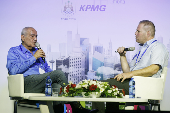 מימין: המראיין עמיר קורץ ודן חלוץ היום בכנס טבריה