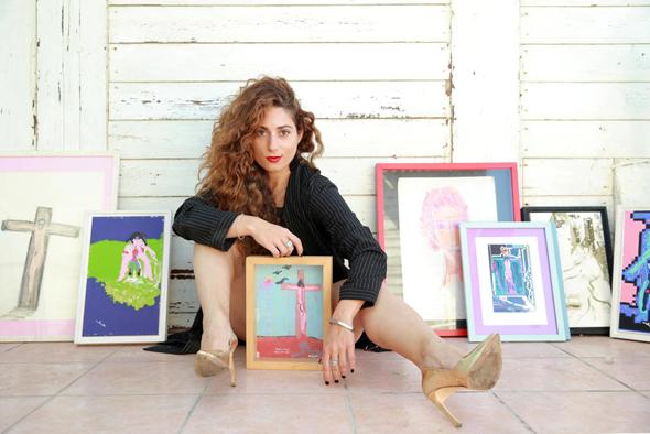 """הגלריסטית אורלי דביר והציורים. """"זו זכות ואחריותגדולה לנהל את העיזבון של אסי דיין"""", צילום: אוראל כהן"""