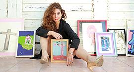 פנאי אורלי דביר גלריסטית עם ה ציורים של אסי דיין, צילום: אוראל כהן