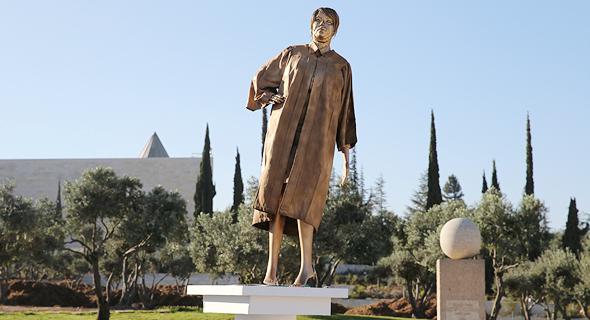 פסל של נאור שהוצב כמחאה נגדה, צילום: עמית שאבי