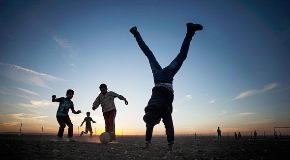 ילדים משחקים. גם כדורגל 3 פעמים בשבוע מסייע להתפתחות העצמות של נערים, צילום: איי פי