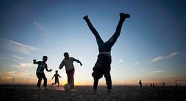 ילדים משחקים כדורגל, צילום: איי פי