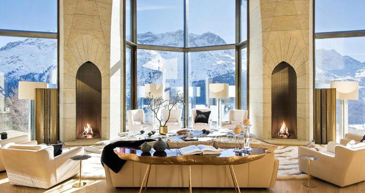 החלונות שמתפרשים מהרצפה עד התקרה הם בגובה של יותר מ-10 מטרים, ומספקים נוף מרהיב של האלפים השווייצריים, צילום: Senada Adzem