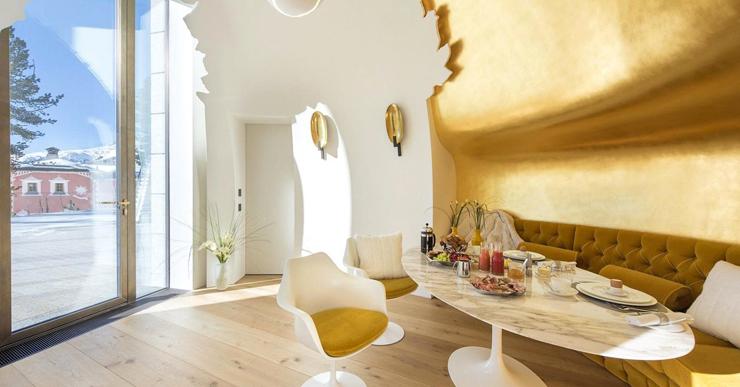 בפינת ארוחת הבוקר קירות זהב 24 קאראט, וכך גם חדר הארונות בסוויטת ההורים, צילום: Senada Adzem