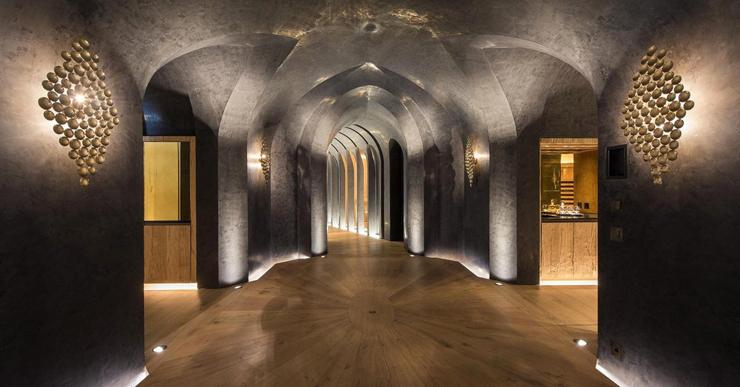 מתחת ליחידת ההורים נמצאים קולנוע ביתי, כניסה למעלית סקי ומרתף יינות, צילום: Senada Adzem