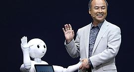 """מנכ""""ל יו""""ר סופטבנק מאסאיושי סון Masayoshi Son רובוט pepper , צילום: גטי אימג'ס"""