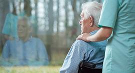 זקן כיסה גלגלים ביטוח בריאות ביטוח סיעודי, צילום: שאטרסטוק