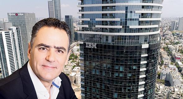 """דניאל מלכה מנכ""""ל יבמ על רקע משרדי IBM ב מגדל השחר, צילום: מירי דוידוביץ, יח""""צ ibm"""