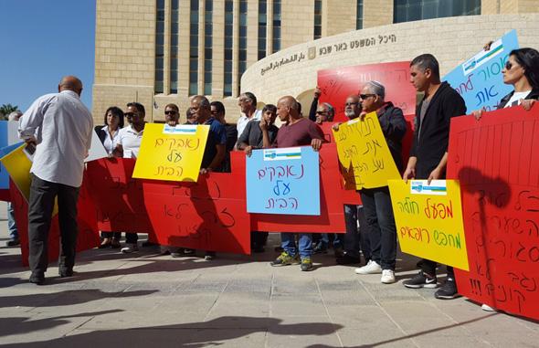 עובדי נגב קרמיקה מפגינים מול בית המשפט בבאר שבע (ארכיון)