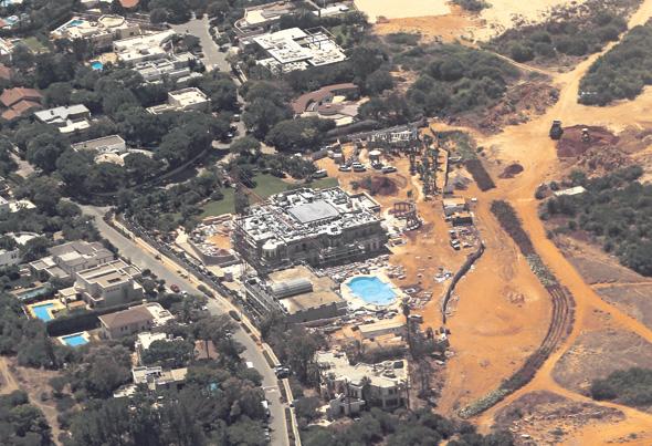 קיסריה. התוכנית לבניית בניינים של שלוש-ארבע קומות נתקלה בהתנגדות עזה