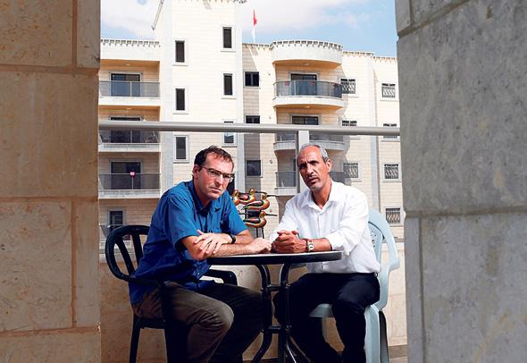 אבו־סהיבאן (מימין) ואטקס, על רקע הבנייה לגובה ברהט. הצעירים ואילוצ הקרקע מובילים את השינוי
