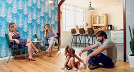 שני רינג מעצבת עם משפחת סחרוב סולודקין בבית שעיצבה להם, צילום: עמית שעל