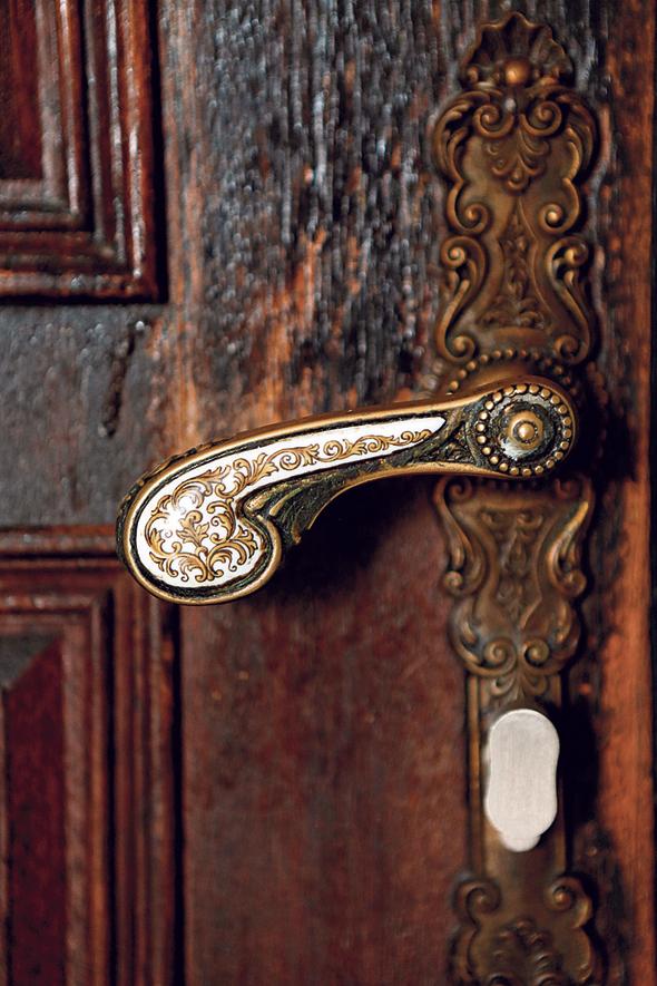 דלת הכניסה. שריד מגלגולה הקודם של הדירה