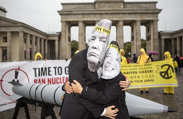 מפגינים מחופשים ל דונלד טראמפ ו קים ג'ונג און ב ברלין, צילום: איי פי