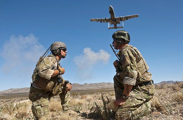 חיילים מכווינים מטוס A10 לתקיפה