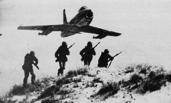 מטוס סייבר מעל לחיילים אמריקאים במלחמת קוריאה