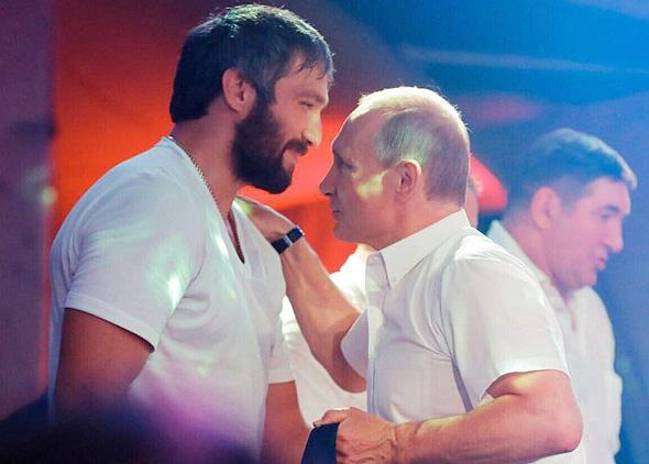 אלכס אובצ'קין שחקן הוקי עם ולדימיר פוטין