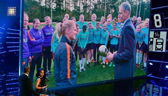 """סרינה וינגמן, מאמן נבחרת הולנד, מקבלת את פרס דה בסט של פיפ""""א. הקבלה הוקרנה בווידאו מאחר שהטקס התקיים בפגרה הבינלאומית של הנשים, צילום: איי אף פי"""