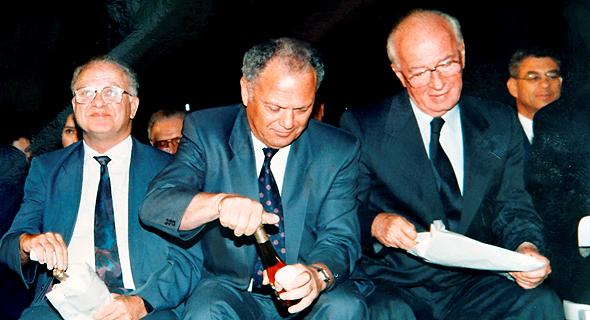 """וינשל (במרכז) עם ראש הממשלה יצחק רבין ושר המסחר והתעשייה מיכה חריש, 1995. """"מנכ""""ל היה אז כמו טייקון"""", צילום רפרודוקציה: עמית שעל"""