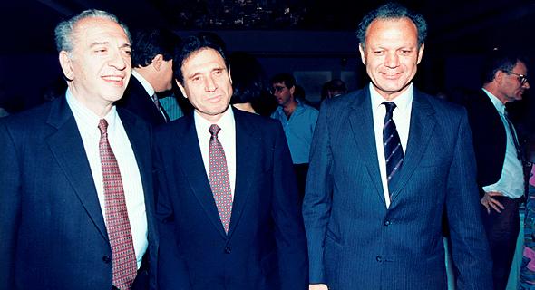"""וינשל (מימין) עם אבי אולשנסקי ורפאל רקנאטי, 1991. """"זה לא פשוט לנהל מנהלים"""", צילום רפרודוקציה: עמית שעל"""
