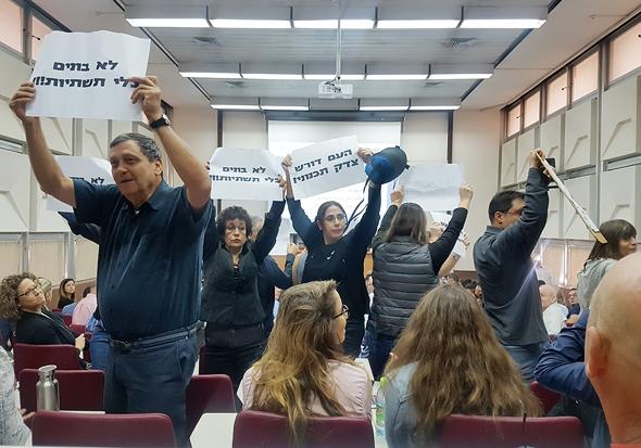 מפגינים נגד אביגדור יצחקי בנאומו באוניברסיטת תל אביב