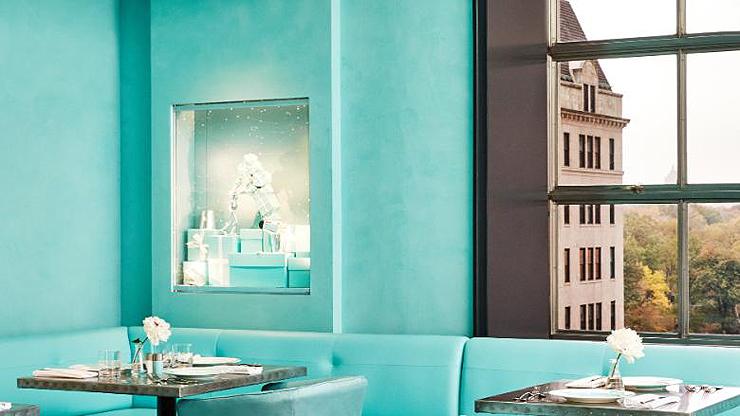 בית הקפה מעוצב בצבע הכחול המזוהה עם חברת התכשיטים
