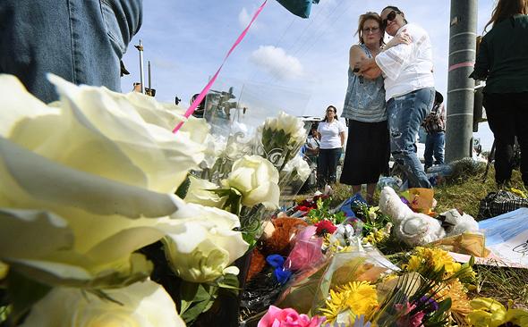 אנדרטה מאולתרת לקורבנות הטבח בטקסס, צילום: איי אף פי