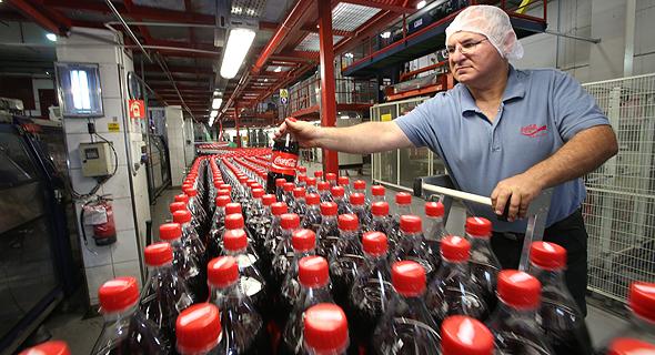 עובד במפעל קוקה קולה