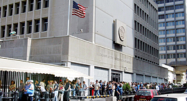 """תור לקבלת ויזה ואישורי כניסה ב שגרירות ארה""""ב ב תל אביב, צילום: מיכאל קרמר"""