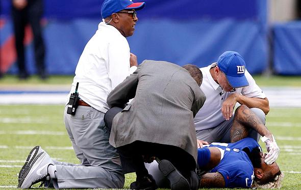 אודל בקהאם מניו יורק ג'איינטס שבר את הקרסול שלו לאחר שזינק בניסיון לתפוס כדור במשחק נגד לוס אנג'לס צ'רג'רס. זה אותו קרסול שנקע לפני פתיחת העונה.
